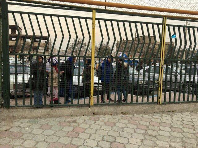دختران آبی پشت درب های بسته، پرچم ژاپن در دست طرفداران استقلالی!
